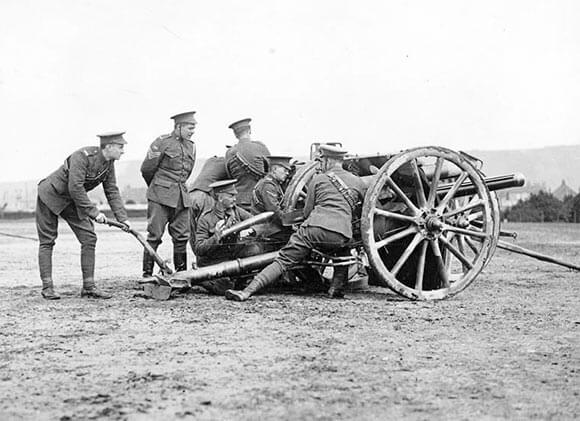 British 18 pounder field gun and crew: Battle of Le Cateau on 26th August 1914 in the First World War