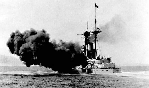 British battleship HMS Queen Elizabeth firing a 15 inch broadside. Admiral de Robeck's flagship, Queen Elizabeth, played a primary role in the bombardment of the Turkish defences in the Dardanelles: Gallipoli campaign Part I: the Naval Bombardment, March 1915 in the First World War