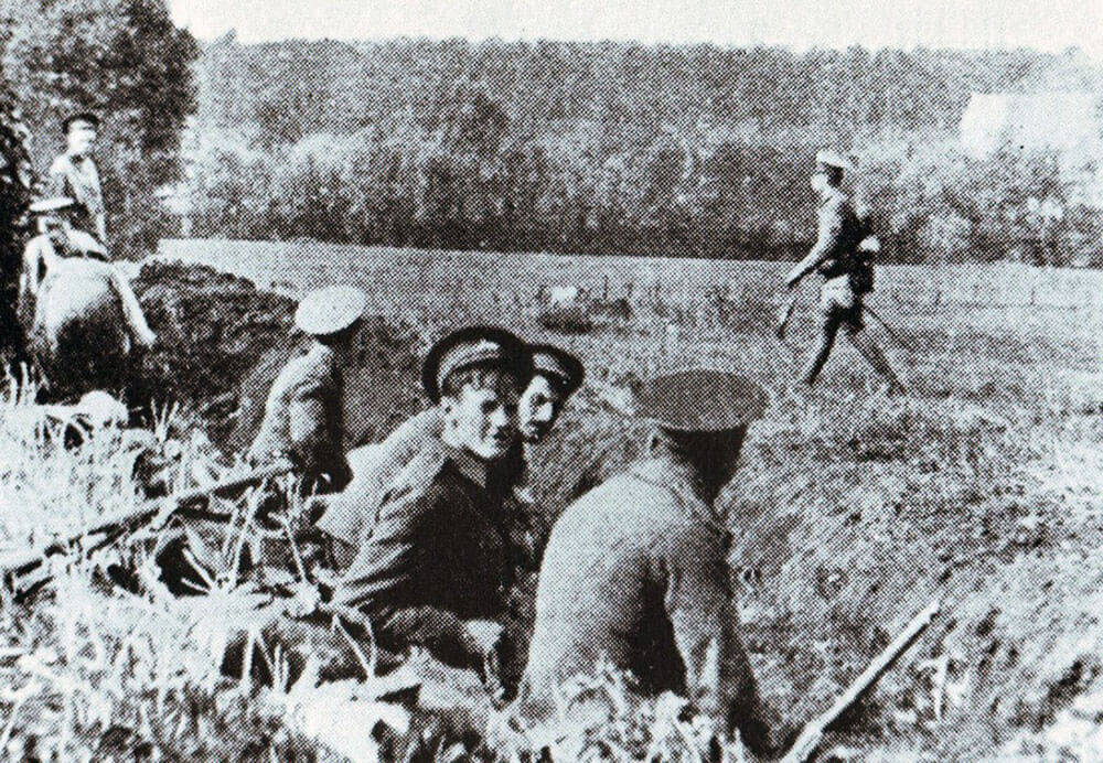 Soldiers of the 1st Lincolns in position to the south of Mons: Battle of Mons on 23rd August 1914 in the First World War