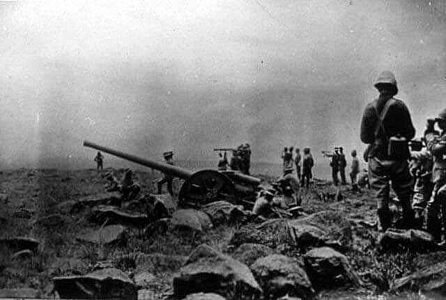Royal Navy 4.7 inch gun in action at the Battle of Colenso on 15th December 1899